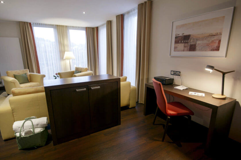 Wohnbereich der Zimmerkategorie Panoramasuite 131 Talseite im Hotel Diedrich in Hallenberg
