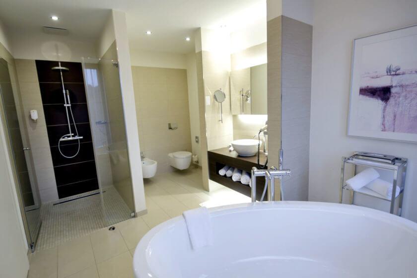 Badezimmer der Zimmerkategorie Panoramasuite im Hotel Diedrich in Hallenberg