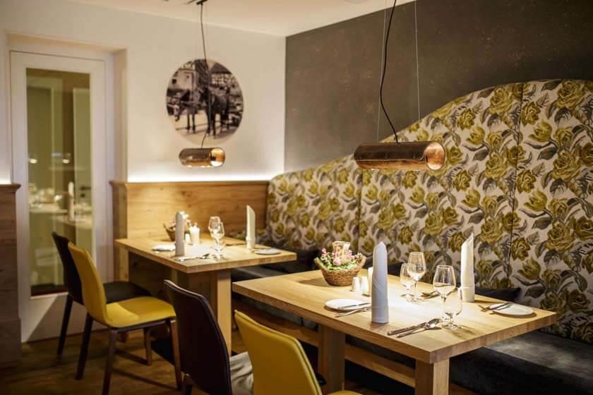 Zwei Tische mit großem Sofa im Restaurant Alte Post des Hotel Diedrich