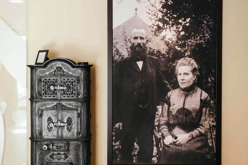 Portrait von den Gründern Anton und Ida Diedrich im Foyer nahe der Rezeption