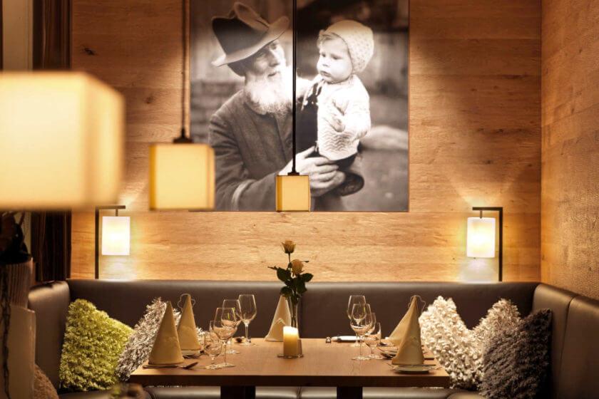 Ein Ecktisch im Restaurant, über dem ein Bild von Gründer Anton Diedrich mit Enkel Reinhard Diedrich hängt