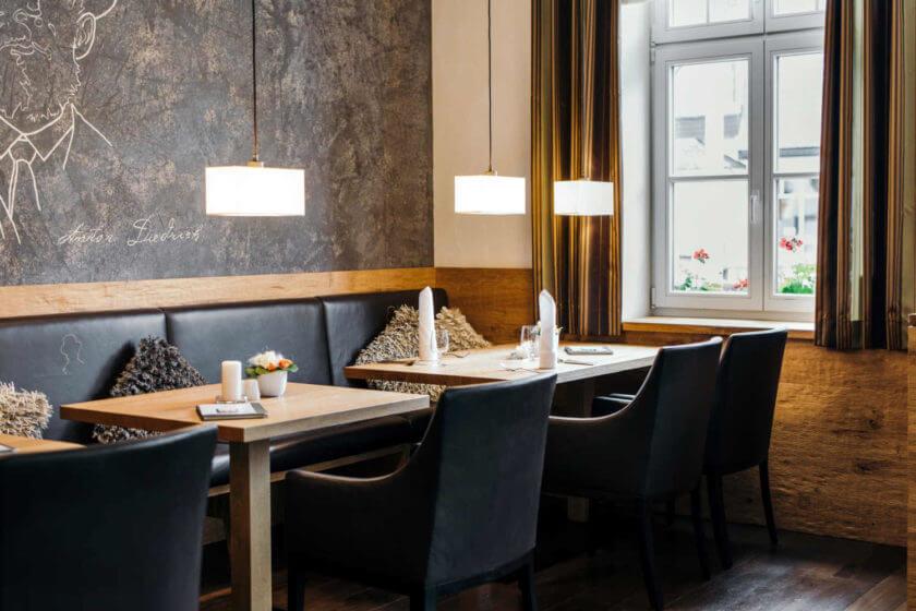 Zwei Tische am Fenster bei Tageslicht im Restaurant Antons