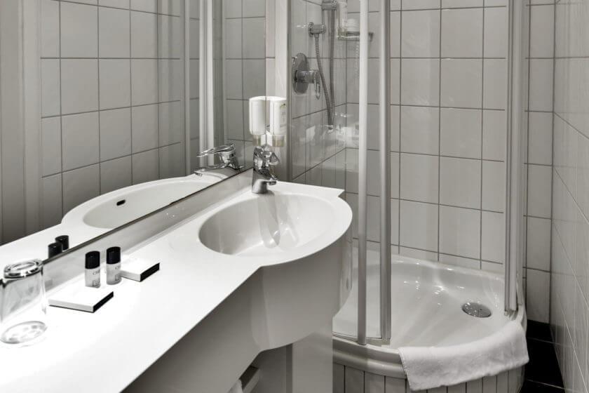 Badezimmer der einfachen Zimmerkategorien des Stammhauses im Hotel Diedrich in Hallenberg