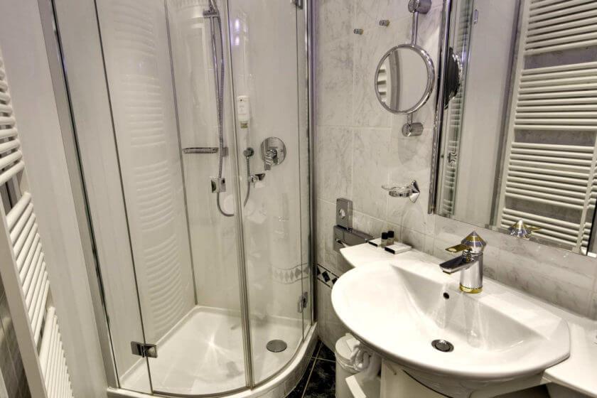 Badezimmer der Zimmerkategorie Doppelzimmer Stammhaus A im Hotel Diedrich in Hallenberg
