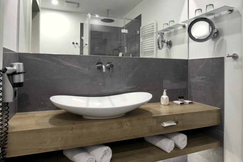 Badezimmer der Zimmerkategorie Doppelzimmer Stammhaus Premium im Hotel Diedrich in Hallenberg