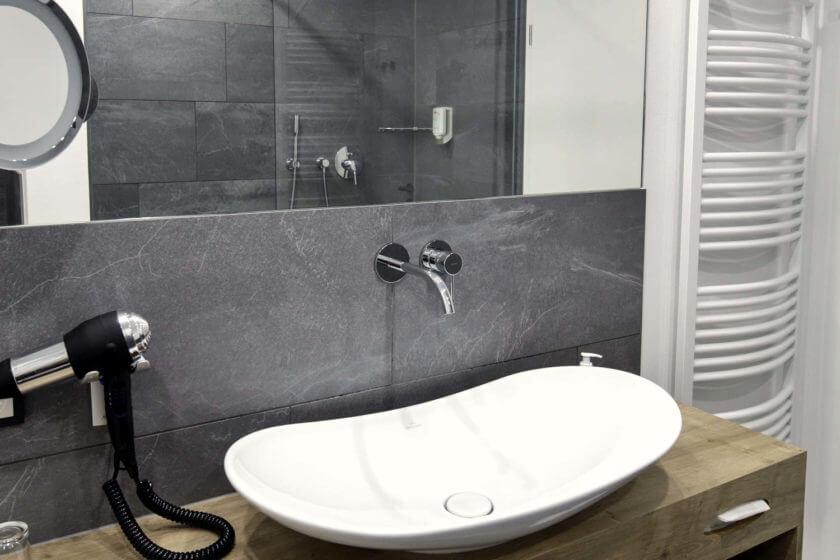 Badezimmer der Zimmerkategorie Doppelzimmer Stammhaus Premium Plus im Hotel Diedrich in Hallenberg