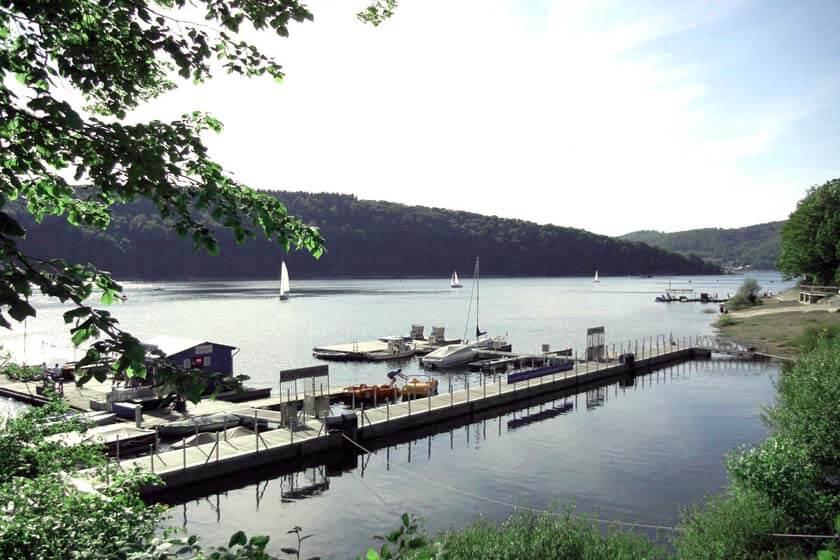 Blick auf den Edersee mit Steg und Booten