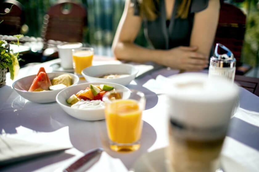 Ein farbenfrohes und gesundes Frühstück an der frischen Luft