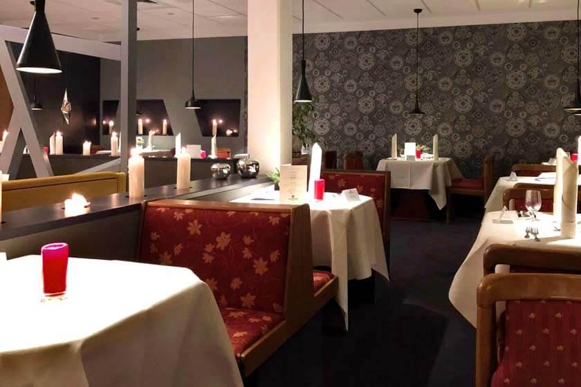 Halbpensionsrestaurant des Hotel Diedrich mit vorweihnachtlicher Dekoration und abendlicher Beleuchtung