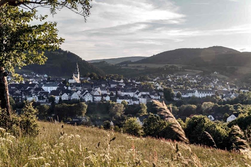 Aufnahme der Stadt Hallenberg im Spätsommer bei klarem Wetter