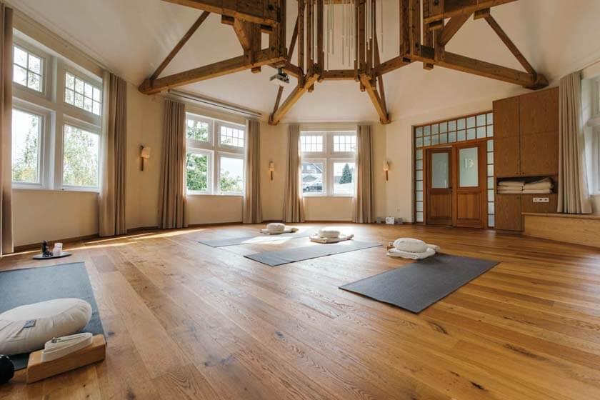 Innenaufnahme des Hauses der Mitte mit auf dem Boden liegenden Yoga-Matten
