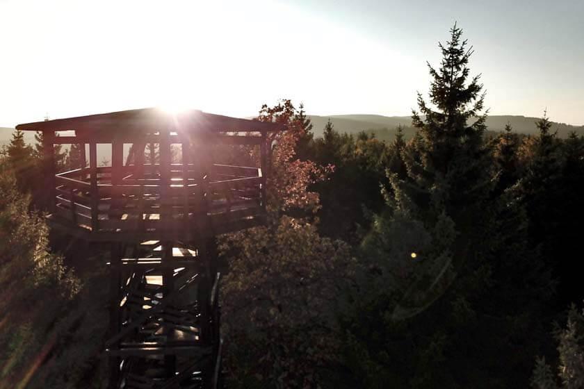 Luftaufnahme des Aussichtsturm Heidekopf mit tiefstehender Sonne