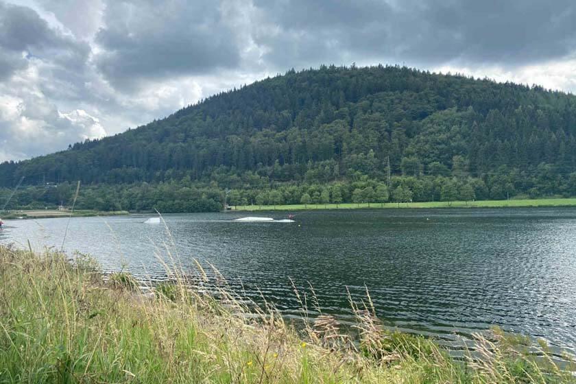 Wasserskifahrer und Sprungattraktionen auf dem Hillebachsee in Niedersfeld