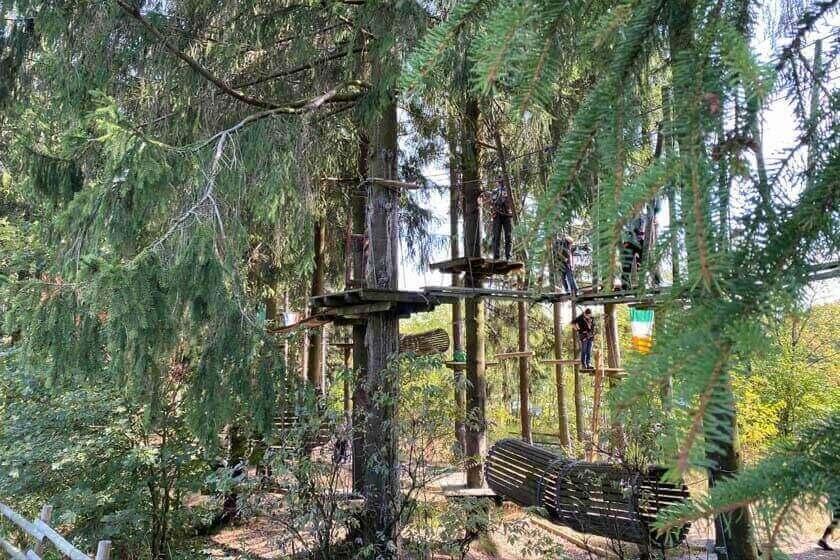 Verschiedene Attraktionen, die im Kellerwald Winterberg zwischen den Bäumen installiert wurden
