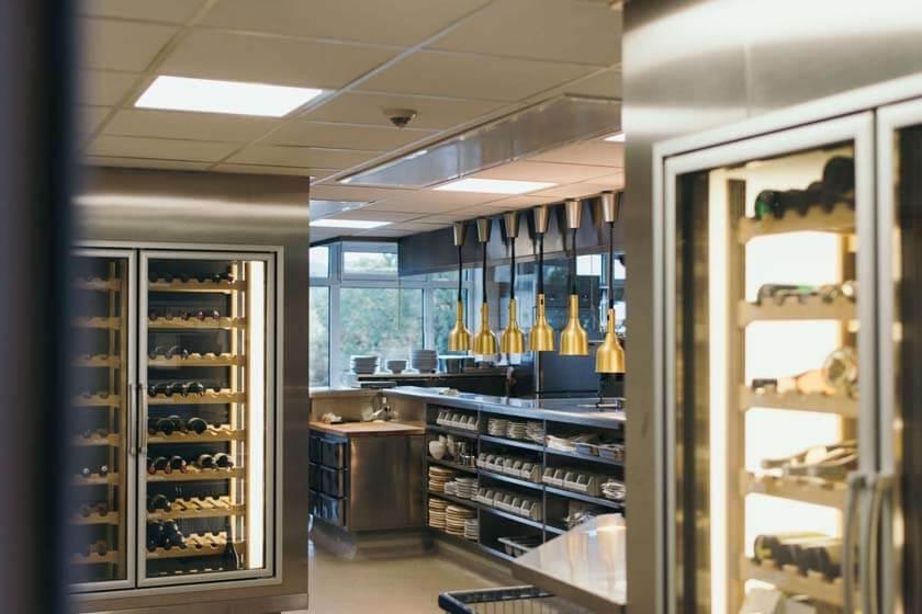 Blick in die Hauptküche durch die Eingangstür