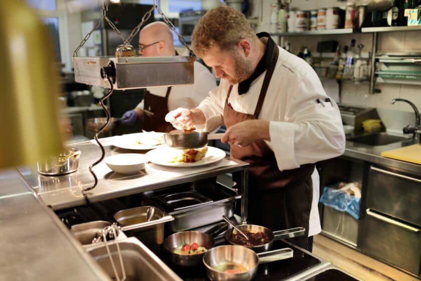 Küche beim Anrichten von Hauptgerichten