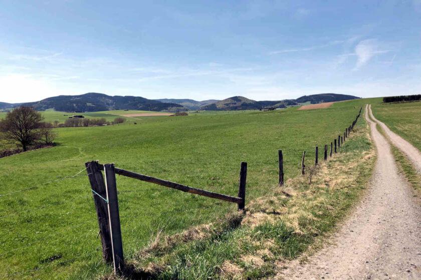 Ein langer Feldweg in der Nähe von Hallenberg im Sauerland bei bestem Sommerwetter