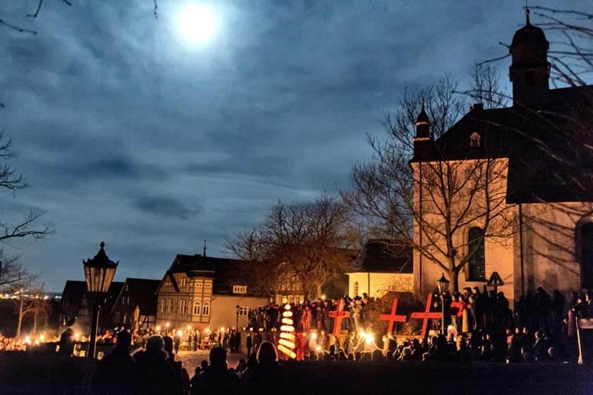 Aufnahme der Hallenberger Osternacht um Mitternacht an der Pfarrkirche St. Heribert im mystischen Mondschein