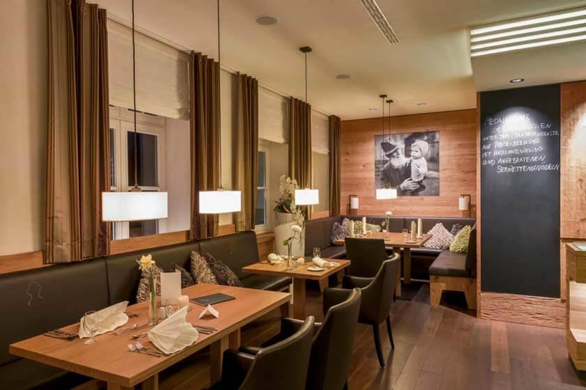 Foto des Restaurant Antons mit einem Bild von Gründer Anton Diedrich und Enkel Reinhard im Hintergrund