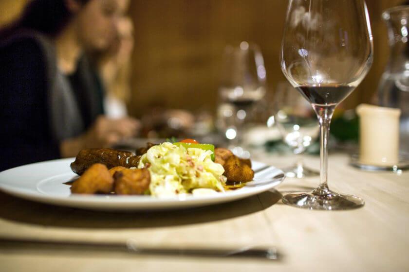 Rinderrouladen mit Kartoffelkrusteln, Wirsing und einem Glas Rotwein