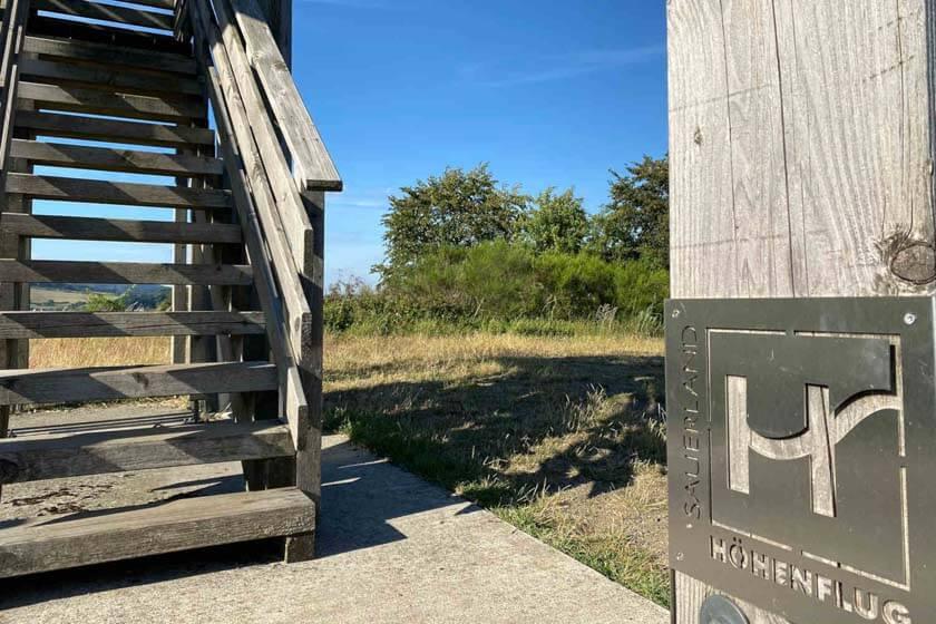 Treppenaufgang mit Sauerland Höhenflug Schild vom Sauerland Stabilstuhl