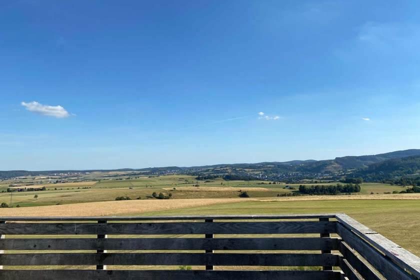 Aussicht bei Sommerwetter über Felder und Hügel vom Sauerland Stabilstuhl aus