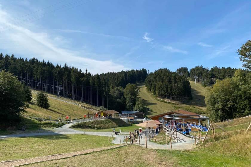 Blick auf den Einstiegsbereich und das Kassengebäude der Sommerrodelbahn Schanzenwirbel Winterberg