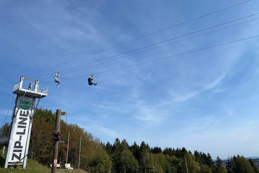 Zwei Menschen Beginnen ihren Flug an der Zip-Line in Winterberg