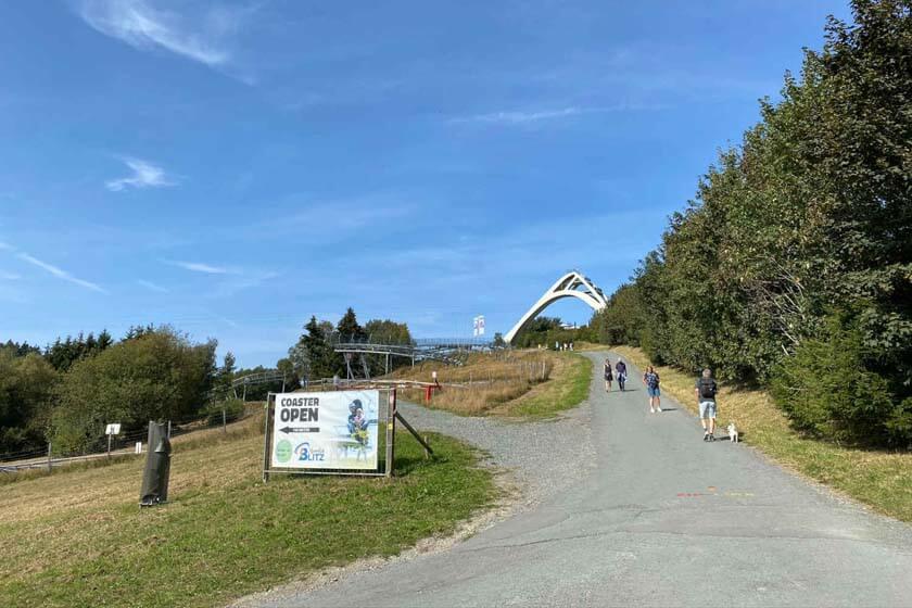 Weg rauf zur Zip-Line in Winterberg mit der Sprungschanze im Hintergrund