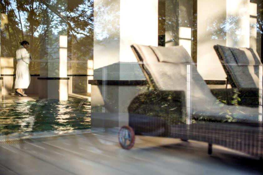 Durch die Fensterscheiben wurde eine Frau im Bademantel am Innenpool fotografiert