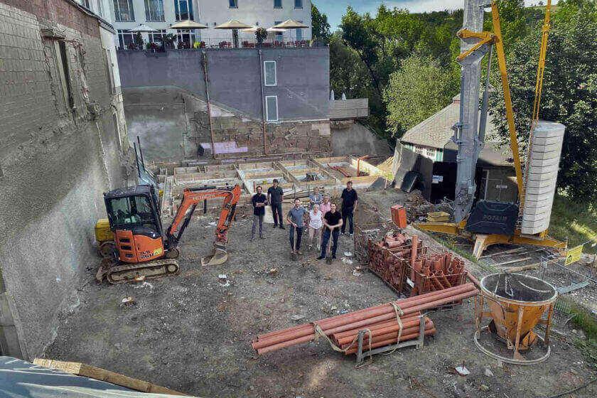Foto vom Spatenstich im Juni 2020 des Anbaus mit Fertigstellungstermin Sommer 2021