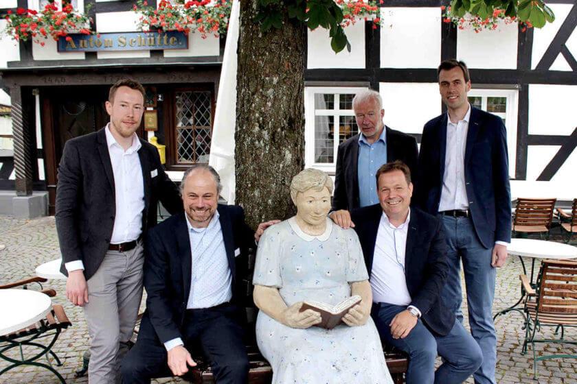 Gruppenfoto im Sitzen der fünf Gründungsmitlieder der Hotelkooperation Die Sterne im Sauerland