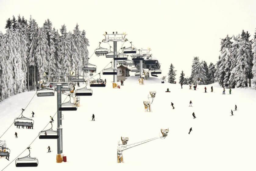 Ein befahrener Skihang mit Sessellift in Winterberg