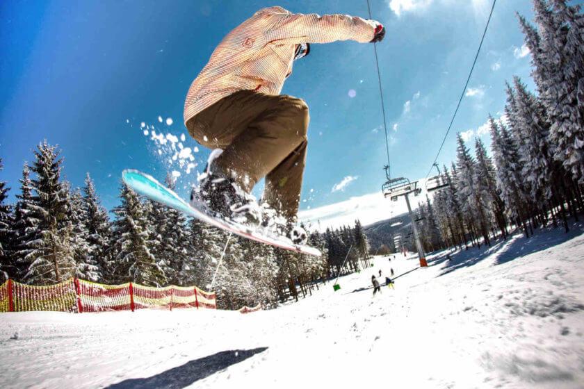 Im Skiliftkarussell Winterberg ist ein Snowboarder in die Luft gesprungen