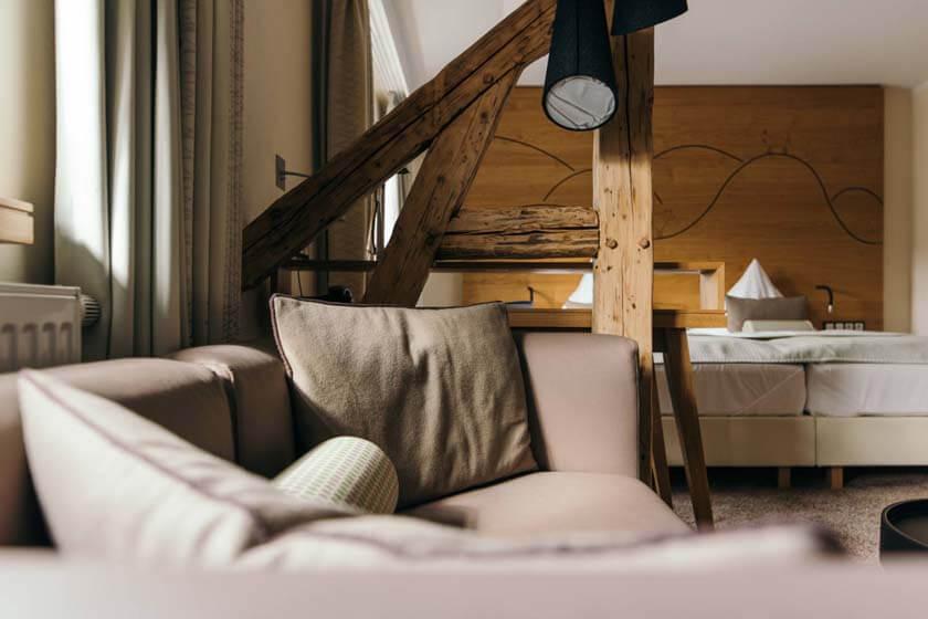 Ledersofa im Doppelzimmer Stammhaus Premium Plus Straßenseite