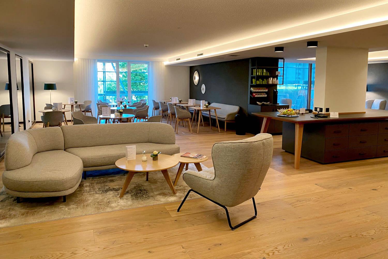 Bademantel-Bistro im SPA-Bereich des Hotel Diedrich mit Teestation , Buffettisch und viel Platz