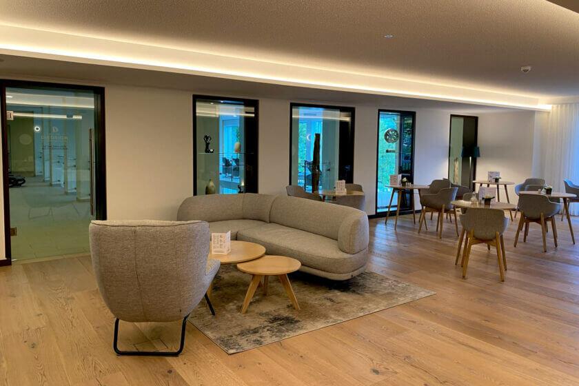 Bademantel-Bistro im SPA-Bereich des Hotel Diedrich mit Holzboden und hellgrauen Polstermöbeln