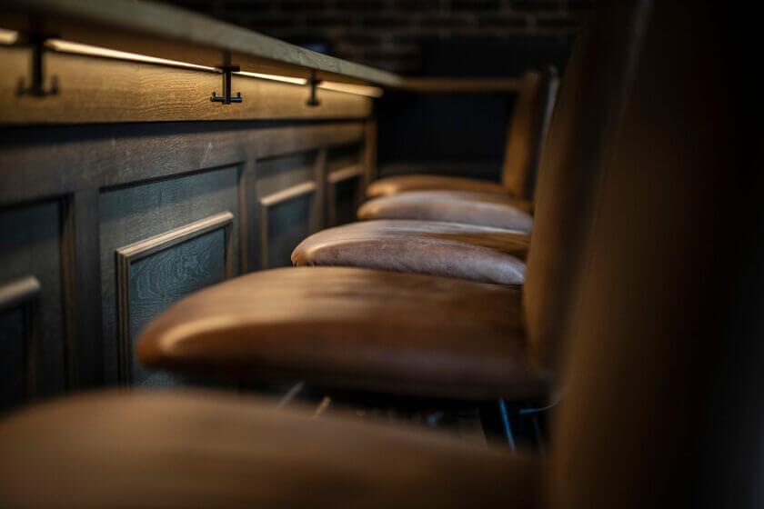 Nachaufnahme der Barhocker am Tresen der Hotelbar, auf der sehr schön die Materialqualität zu erkennen ist - Hotel Diedrich