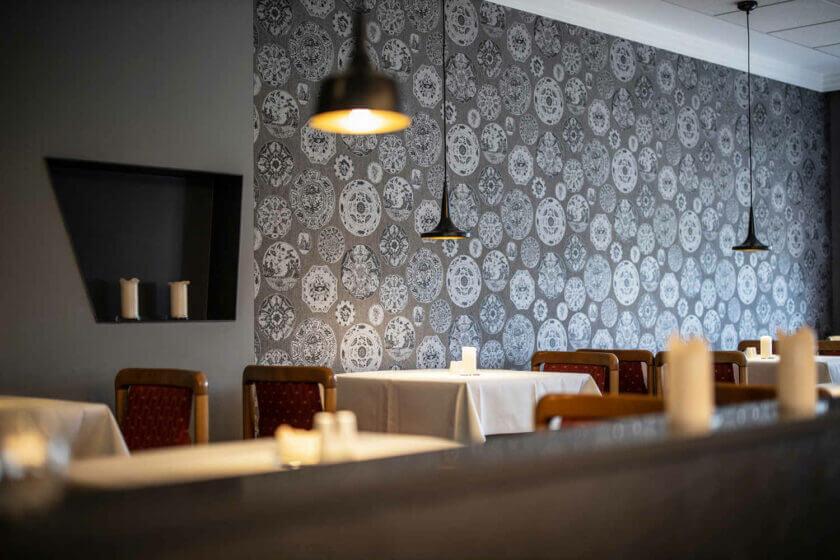 Leere Tische des Halbpensionsrestaurants im Hotel Diedrich