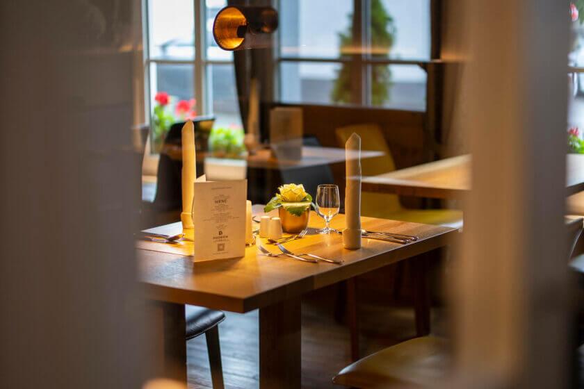 Blick durch die Glasscheibe der Eingangstür des Restaurants Alte Post im Hotel Diedrich