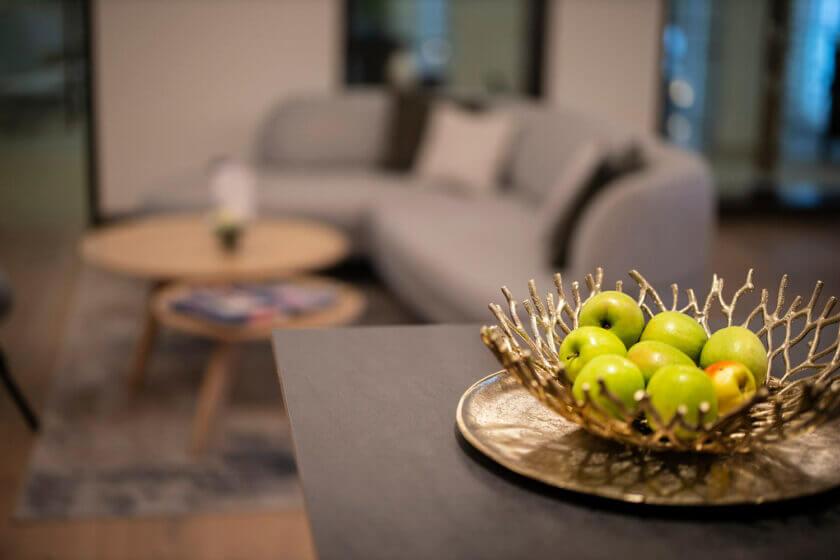 Schale mit Äpfeln auf dem Buffettisch des Bademantelbistros im Hotel Diedrich