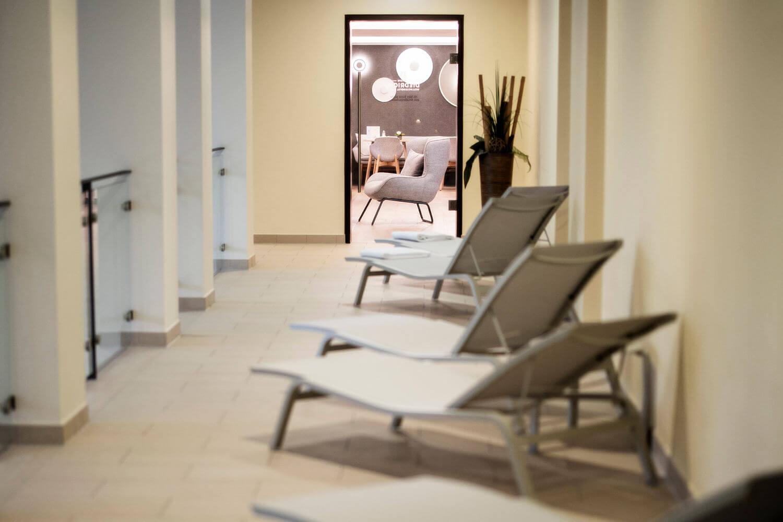 Liegen auf der oberen Etage des Säulenbads mit der Tür zum Bademantelbistro im Hintergrund - Hotel Diedrich