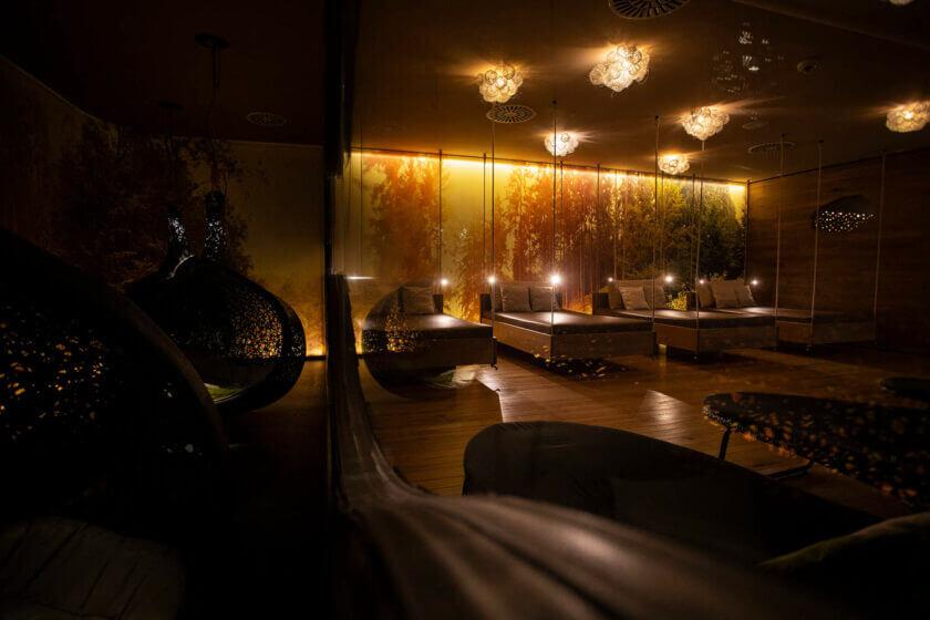 Blick durch die Glasscheibe auf Ruhebetten im Ruhebereich namens Zeitlos im Hotel Diedrich
